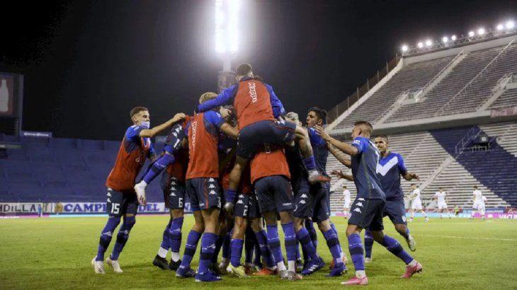 Vélez venció a Huracán y quedó a un paso de la clasificación