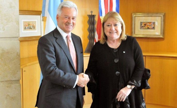 Susana Malcorra tras la firma del acuerdo sobre cooperación en Malvinas con el vicecanciller británico