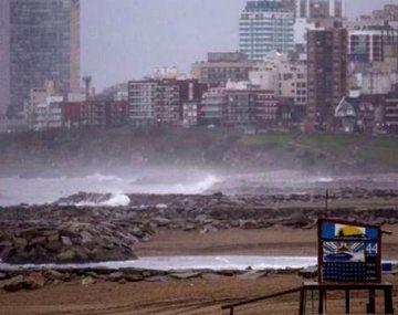 Alerta naranja por fuertes vientos en la costa atlántica bonaerense y amarillo en el AMBA