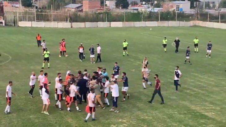 Escándalo en Berazategui - San Martín de Burzaco: piñas entre jugadores y allegados