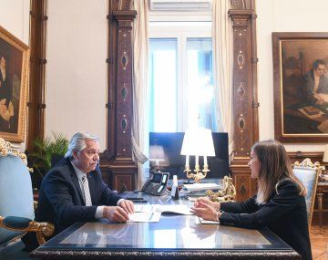 Alberto Fernández y la titular de ANSES, Fernanda Raverta