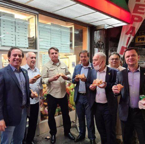 Sin certificado de vacunación, Bolsonaro no pudo ingresar a una pizzería en Nueva York y comió en la vereda