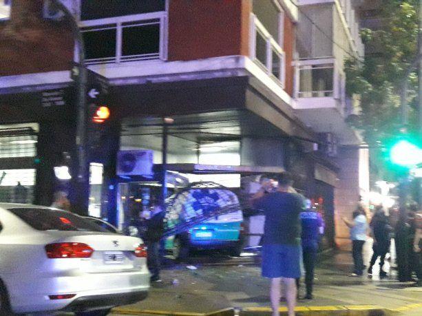 Una ambulancia se incrustó en la vidriera de un local