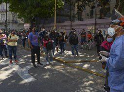 siguen las largas colas para hisoparse: la ciudad pide que solo vayan a hospitales quienes se sienten mal