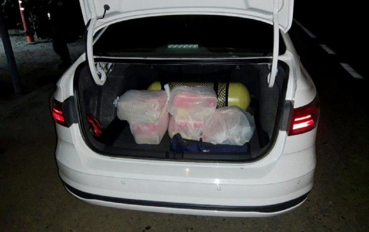 Detuvieron a una pareja que transportaba 13 millones de pesos ocultos en cajas de cereales para niños