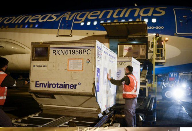 Llegó otro vuelo de Aerolíneas Argentinas con 768 mil dosis de Sinopharm