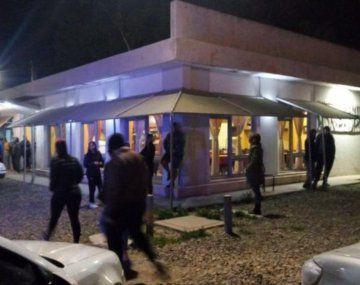 Chubut: golpearon a una moza y robaron $2 millones a clientes en una parrilla