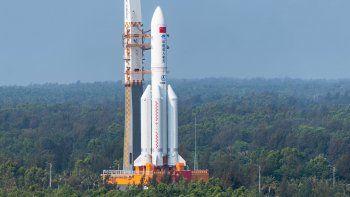 los videos del cohete chino muy cerca de la tierra antes de caer en el oceano indico