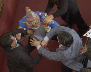 VIDEO: Se agarraron a las piñas legisladores bolivianos en medio de una sesión