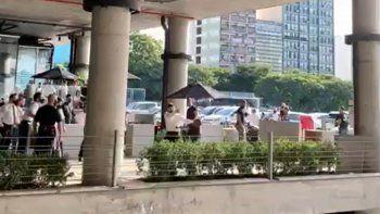 Video viral: mozos se pelearon con clientes que no querían pagar