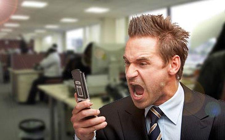 Enojado con el celular