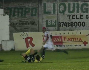 Criminal patada de un jugador del ascenso brasileño al árbitro del partido