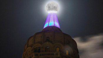 Uruguay: paso a paso para la foto perfecta de la luna sobre el Palacio Salvo