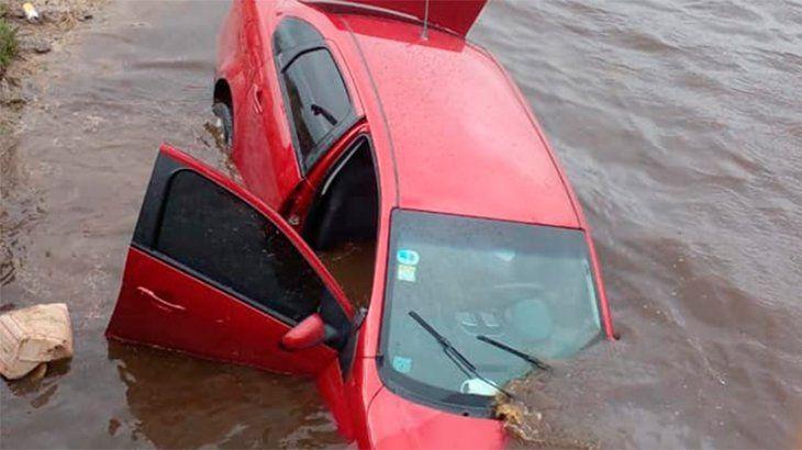 Entre Ríos: turistas le erraron a un puente y terminaron con su auto en el río Paranacito