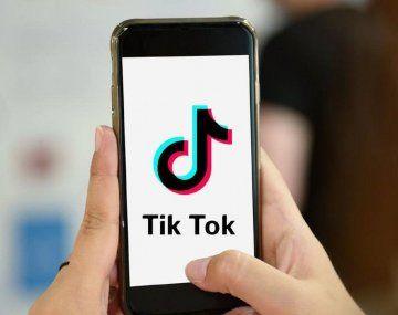 Se grababa mientras manejaba y subía los videos a TikTok: piden suspenderle la licencia