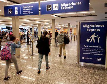 Analizan vuelos especiales para argentinos en el exterior