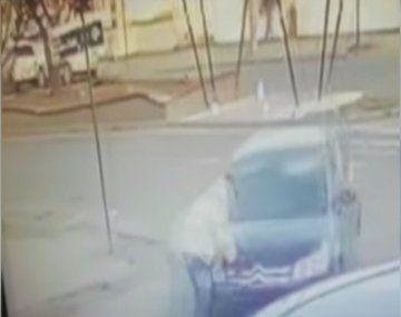 Trágico: atropelló a un hombre mayor con su auto y lo arrastró varios metros