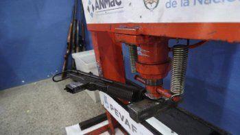 santa fe: en el primer dia de desarme voluntario entregaron una ametralladora