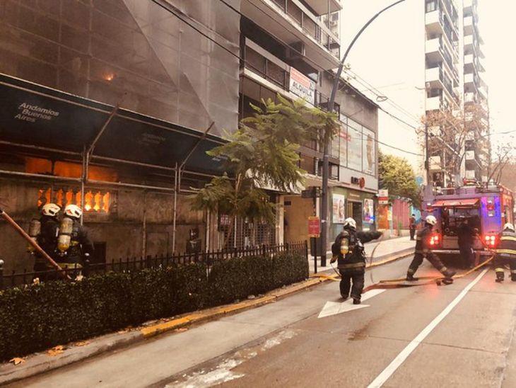 El fuego se desarrolló sobre la fachada del edificio. Foto:@EmergenciasBA