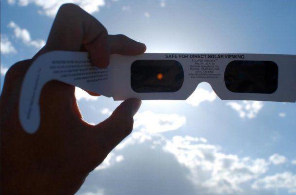 Expertos recomiendan mirar el eclipse con lentes especiales