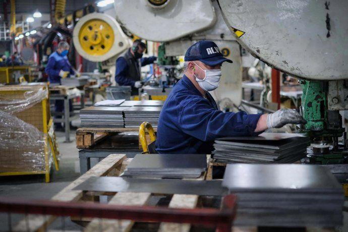 Oficializaron el aumento del salario mínimo, vital y móvil: de cuánto será en cada etapa