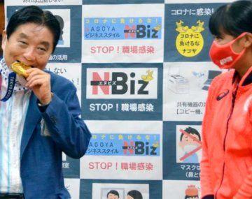 Una atleta olímpica recibirá una nueva medalla después de que un alcalde mordiera la suya