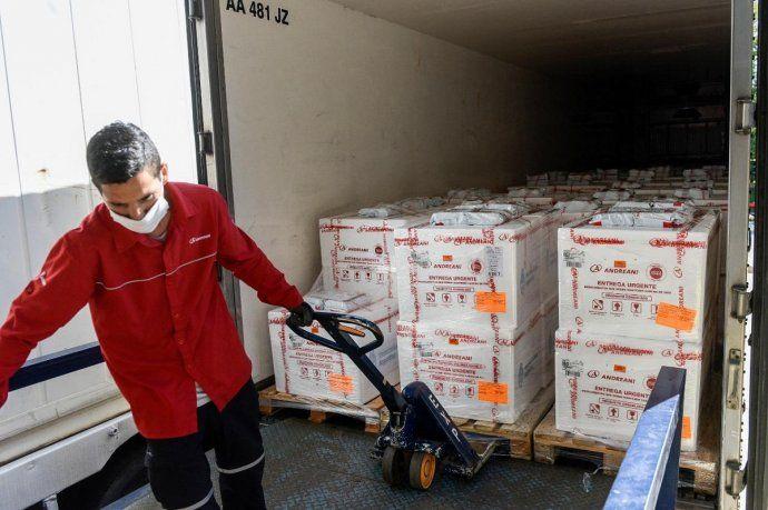 Comenzó la distribución de casi 800 mil dosis de la vacuna de COVAX que llegaron este domingo
