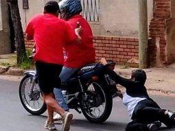 entre rios: motochorros la arrastraron por la calle y la piso un auto