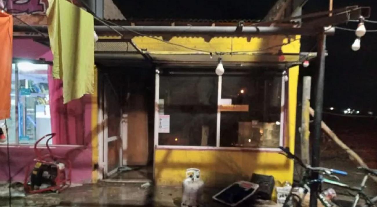 un hombre lucha por su vida tras incendiarse una casa de comidas