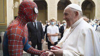 El papa Francisco recibió la visita inesperada del Hombre Araña