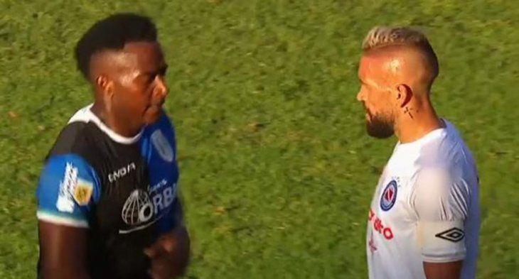 Repudiable acto de un jugador de Banfield en medio de la pandemia: escupió a un rival en el rostro