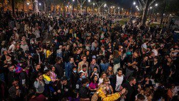 espana levanto el estado de alarma y lo celebro con una gran fiesta sin distancia social ni barbijo