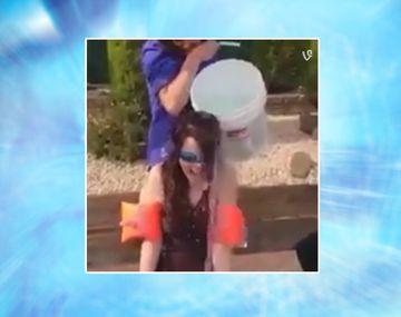 VIDEO: Sufrió por el baldazo de agua helada