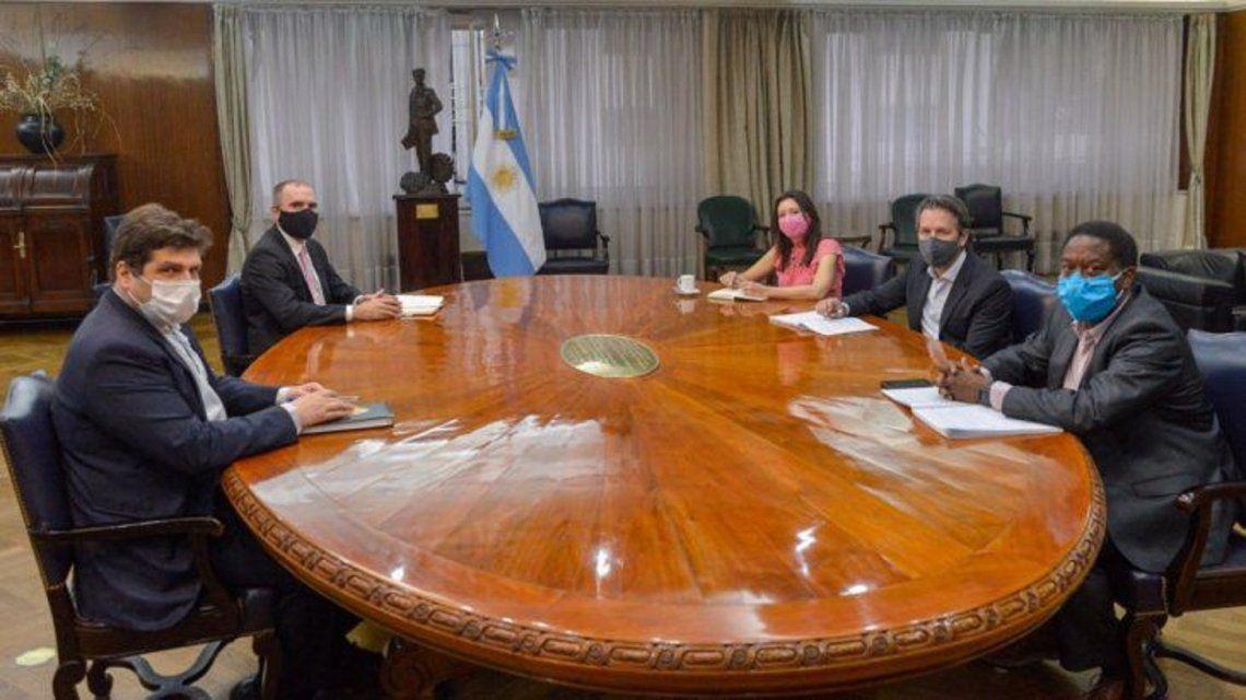 Una de las reuniones del Gobierno y la misión del FMI.