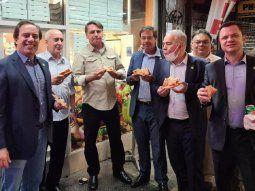 sin certificado de vacunacion, bolsonaro no pudo ingresar a una pizzeria en nueva york y comio en la vereda