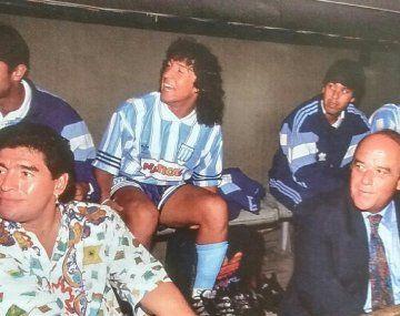 Ricardo Ramírez está sentado en el banco de suplentes arriba a la derecha con campera deportiva