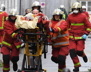 Atentado en Francia: apuñalaron a cuatro personas cerca de la ex sede de Charlie Hebdo en París