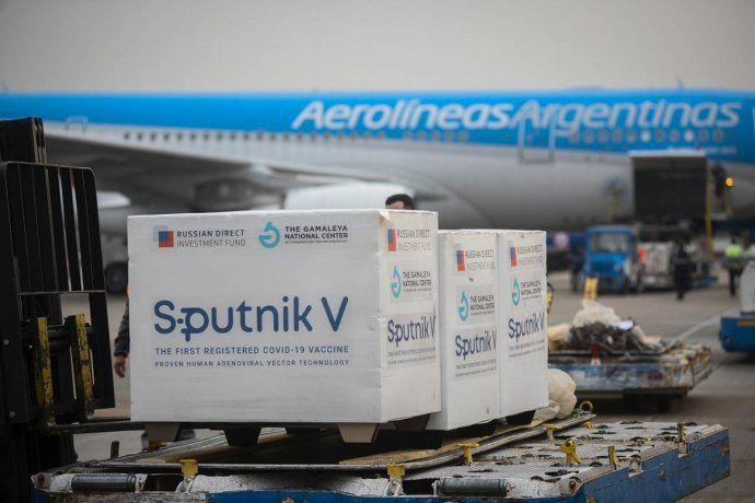 Llegó el vuelo de Aerolíneas Argentinas con medio millón de dosis del componente 2 de la Sputnik V