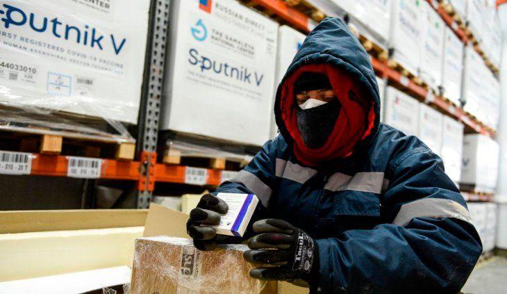 Carla Vizzotti y Santiago Cafiero reciben este jueves las primeras Sputnik V de producción local