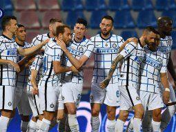 el inter de lautaro martinez vencio a crotone y manana podria salir campeon de la liga italiana