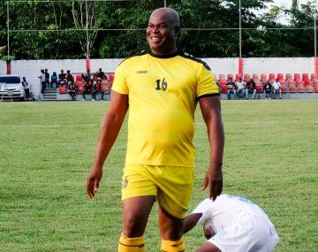 El vicepresidente de Surinam debutó a los 60 años en un partido de la Concacaf