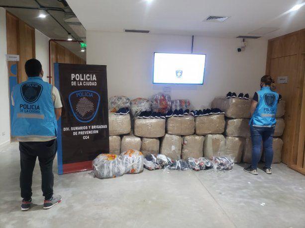 Secuestran dos mil pares de zapatillas de contrabando y detienen a un hombre en Barracas