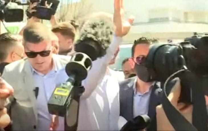 Sin hablar con la prensa y en medio de aplausos militantes, Macri llegó a la indagatoria en Dolores