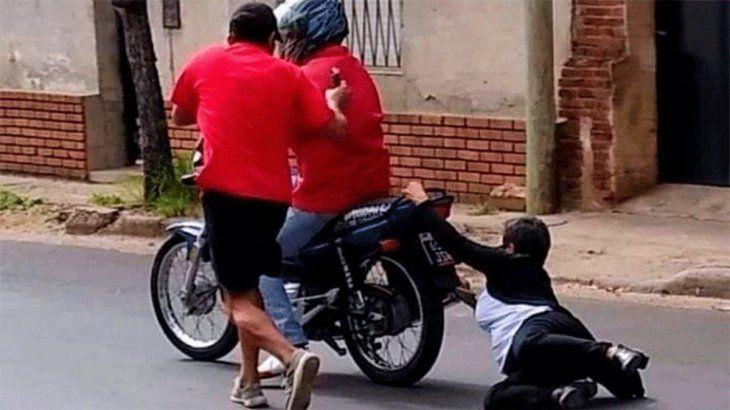 Entre Ríos: motochorros la arrastraron por la calle y la pisó un auto