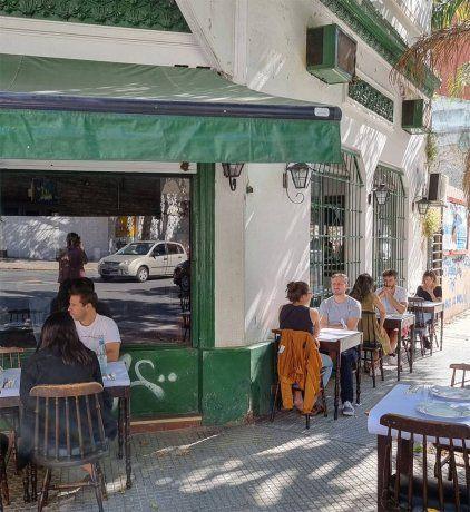 Dos restaurantes abrieron en un mismo local en Villa Crespo