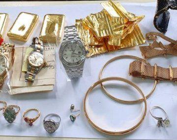 Ezeiza: una azafata intentó volar con dos kilos de oro en joyas y lingotes