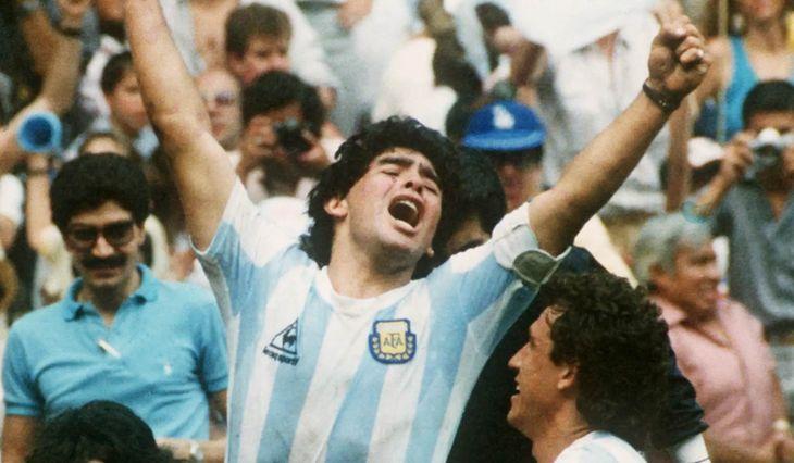 Qué dicen las dos placas en la tumba de Diego Maradona