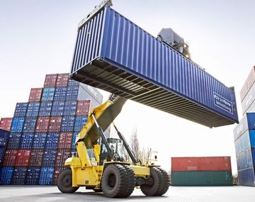 La balanza comercial volvió a arrojar superávit por el desplome del 18