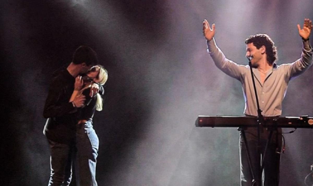 Le propuso matrimonio a su novia desde el escenario en el que cantaba Juan Ingaramo