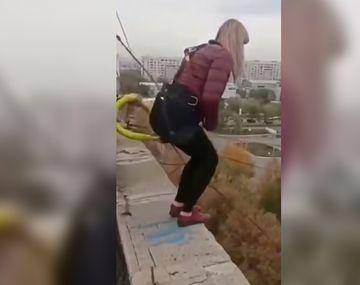 Hizo bungee jumping sin cuerda de seguridad y murió estrellada